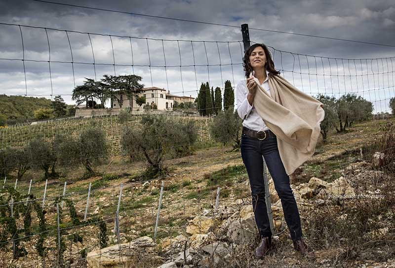 Alessandra Casini Bindi Sergardi davanti a Tenuta Mocenni